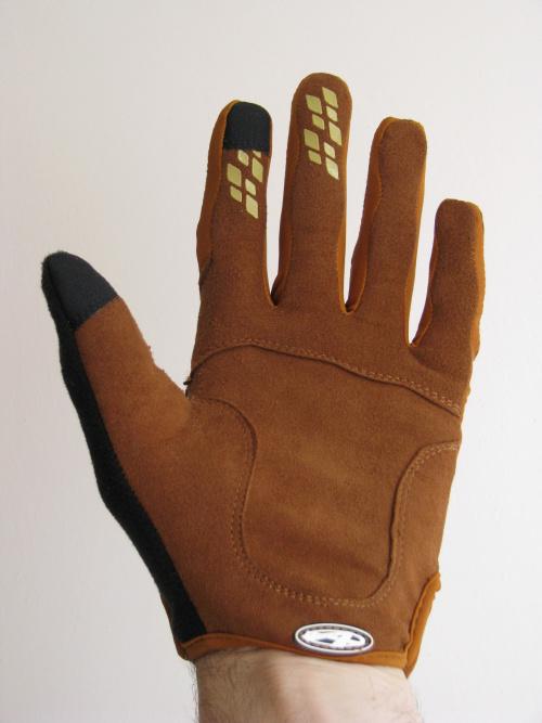 Základem rukavic se stala odolná syntetická kůže Amara 6aeaa6f919