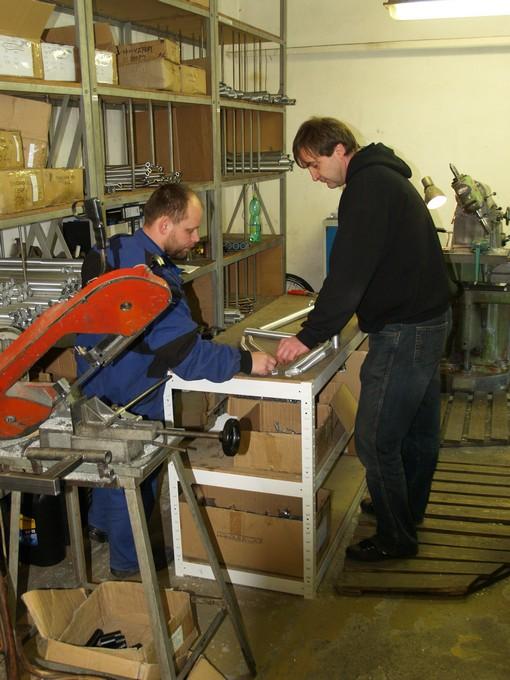 Konstruktér a zakladatel značky Ing. Roman Bartosz (vpravo) skládá všechny potřebné trubky a díly pro rám.