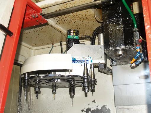 Lahůdkové díly jsou obráběné na tomto CNC stroji, který dokáže vytvořit složité tvary můstků, vzpěr či patek. Některé díly jsou dnes ale kvůli ceně kovány.