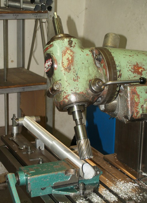 Fréza pracující s přesností na desetiny milimetru vytvoří na všech trubkách přesně pasující průniky. Velkosériová výroba toto provádí laserem.