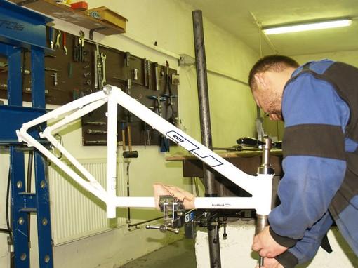 Po nastříkání rámu je třeba ofrézovat dosedací plochy středového pouzdra nebo hlavové trubky, to se provádí ručně, stejně jako v cyklistické dílně.
