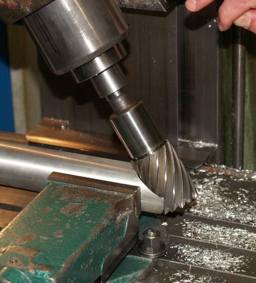 Fréza upraví konce trubek v celém průměru a zajistí tak větší styčnou plochu pro svár. Po frézování je třeba očistit kartáčem konce od stop železa.