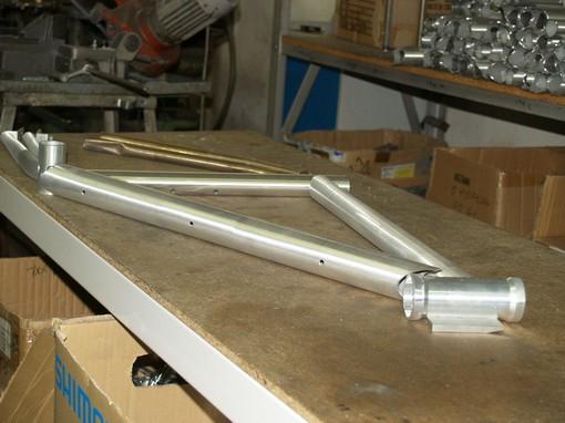 Z této skládačky trubek upravených na fréze a naohýbaných do potřebných tvarů se svaří rám.