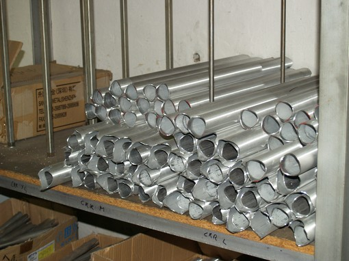 Ofrézované trubky jsou připravené v policích a označené podle jejich příslušnosti k modelu rámu podle velikosti.